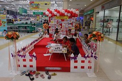 activities for children at the supermarket (the foreign photographer - ) Tags: children thailand lotus bangkok sony tesco supermarket coloring bangkhen rx100 apr212016sony