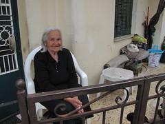 20150524_121629LC (Luc Coekaerts from Tessenderlo) Tags: old people pet public smile animal cat greece creativecommons rest oldwoman local resting corfu vak localpeople grc cc0 karousades sokráki coeluc vak201505corfu