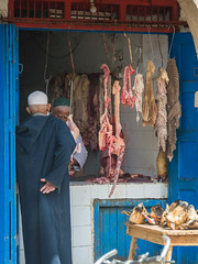 Essaouira - Shopping on Avenue Mohamed Zerktoumi (Thomas G. from U.) Tags: africa food essen market meat butcher morocco maroc maghreb marketstreet essaouira marokko mogador almaghrib kingdomofmorocco northwestafrica  mogadore   thewesternkingdom asawra taurt almamlakahalmaghribiyah regionofwesternnorthafrica marrakeshsafi  313047n94611w avenuemohamedzerktoumi