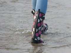 Dotted wellies (willi2qwert) Tags: beach water girl strand women wasser wave wellies watt rubberboots gummistiefel wellingtons gumboots rainboots regenstiefel