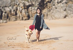 Alba y Tango (Coral ML) Tags: dog girl sand retrato playa viento arena perro paseo sombrero rocas girlportrait