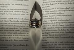 Herzige Schatten (ulrike.heck) Tags: shadow buch book heart ring schatten herz nachaufnahme macroaufnahme ulrikeheck