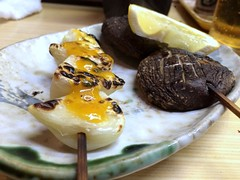 Garlick and Mushroom skewers from Motsumasa @ Asakusa (Fuyuhiko) Tags: from mushroom tokyo  asakusa  garlick skewers     motsumasa