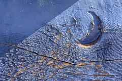 Dix vagues emportent la lune, divague ma tte dans la lune (Emmanuelle2Aime2Ailes) Tags: macro peinture bleu bateau bois coque