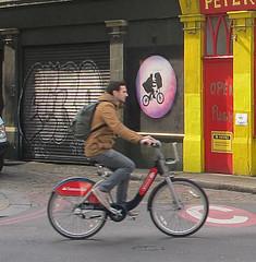 Boris bike rider and ET by Osch. (maggie jones.) Tags: oscar schade