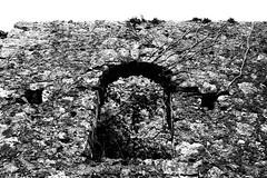 Una vecchia finestra (Eugenio_81) Tags: blackandwhite italy window monochrome architecture monocromo ancient italia decoration ruin arc finestra pietra arco antico architettura biancoenero lazio rudere cantalupo collesanmagno pietraantica