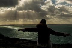 rayons divins (sachatoob) Tags: silhouette clouds de landscape soleil photo photographie lumire couleurs bretagne dor titanic rayon nuages paysage soir falaise fille plage contrastes jeune crozon heures doux chaude morgat d3200 25faves niions couch