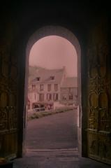 Église romane d'Orcival 2 (Graphisme, Photo, et autres !) Tags: france castle church nature voigtlander medieval château eglise auvergne colorskopar ultron orcival 40mmf14 pontgibaud voigtlanderr3m