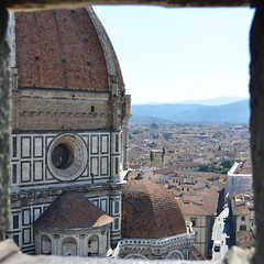 Florence : Il Duomo depuis la lucarne du Campanile (CpaKmoi) Tags: florence italia firenze duomo toscana toscane eglise italie basilique dme arnolfodicambio santamariainfiore