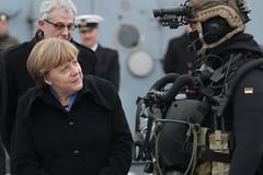 Bundeskanzlerin zu Besuch bei der Marine (Offizieller Auftritt der Bundeswehr) Tags: deutschland marine kiel soldaten schleswigholstein bundeswehr besuch angelamerkel kanzlerin bundeskanzlerin imgesprch anbord kampfschwimmer marinesttzpunkt bundeswehrfotos korvettebraunschweig