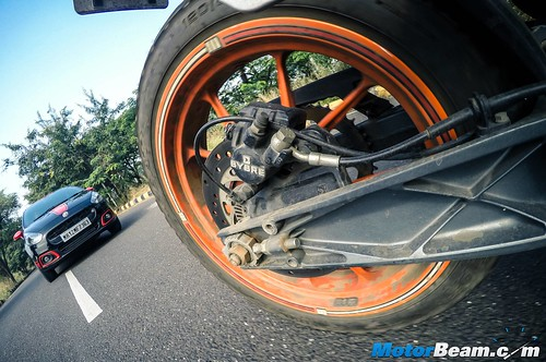 Fiat-Punto-Abarth-vs-KTM-Duke-390-07