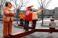 en quilibre ... ( P-A) Tags: photos originale couleur parodie attraction touristique artiste canalrideau touristes sculpteur visiteurs amusant ottawaontario johnhooper sculpturesurbois simpa
