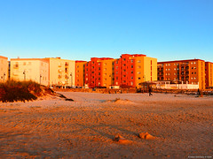 Barriada de la playa (Franci Esteban) Tags: color atardecer edificio streetphotography playa arena naranja barrio tarifa bloques barriada luznatural playadeloslances luzdelatardecer luzdelsur factorhumano
