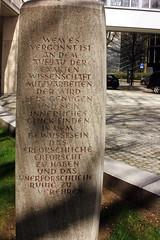 Max-Planck-Denkmal (04) (Rüdiger Stehn) Tags: 2016 deutschland germany schleswigholstein europa mitteleuropa norddeutschland 2000er 2000s stadt denkmal gedenkstein maxplanckdenkmal erwinscheerer canoneos550d küterstrase rüdigerstehn kielaltstadt kiel