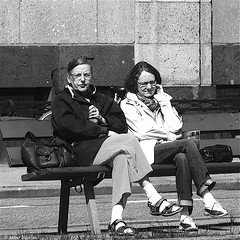 White Sox (Akbar Simonse) Tags: street people bw holland blancoynegro netherlands monochrome bench square glasses women sitting zwartwit candid nederland streetphotography bank denhaag bn haag spectacles thehague whitesox brillen straat vierkant lahaye sgravenhage agga straatfotografie img1091 akbarsimonse