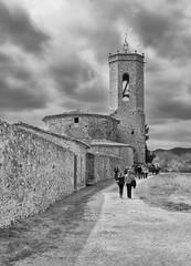 Els visitants (los visitantes) (Pep Vargas) Tags: people bw church gente iglesia girona bn gent emporda em1 esglesia monells