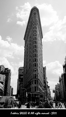 USA - Grey Flatiron (Frdric Salle) Tags: street camera city nyc newyorkcity light sky blackandwhite usa newyork building architecture america canon grey lights iso100 cityscape noiretblanc geometry lumire unitedstatesofamerica negro cities streetphotography streetscene ciel contraste 1855 rue bianco gomtrie flatironbuilding catchy flatiron lumires batiment streetshot contrastes amrique canoneos400d biancoynegro