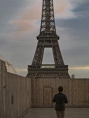 La tour derrière (afantelin) Tags: man toureiffel iledefrance homme palissade paris16ème