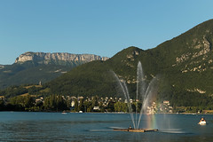 Lac d'Annecy - Annecy (France) (Meteorry) Tags: lake france annecy fountain june evening europe soir fontaine montagnes mountainrange lacdannecy hautesavoie 2015 mountainridge rhnealpes meteorry auvergnerhnealpes