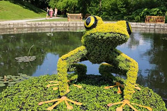 Giant Sculptures Made of Plants and Flowers 10