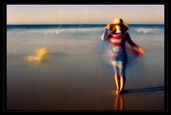 Summerbreeze (ulrikerichterlies) Tags: camera summer wasser wind sommer hut blau lensless sonne kamera obscura agfaclack schal tuch meerstrand pinholelochkamera abskura