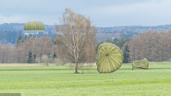 Sprungdienst bei Altshausen (PanoramaRundblick) Tags: terrain cloudy meadow wiese windy landing extremesports parachuting skydiver parachute olivegreen wolkig bundeswehr landung paratrooper gelnde olivgrn fallschirmspringen fallschirmspringer windig extremsport germanparatroopers deutschefallschirmjger fallschirmoliv ustruppenfallschirmt10 jumpexercise sprungbung