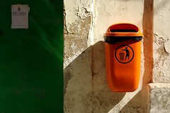 Keep it clean! (It's Stefan) Tags: light urban orange green catchycolors malta rubbish sauber trashcan mlleimer orangegreen dustbin valletta kubisch grnorange