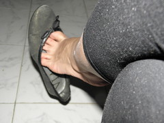 Black flats Hellpopping and dangling... 2 (luk742003) Tags: feet shoes toes toe bare flats cleavage soles dangle dangling piedi ballerine heelpop heelpopping