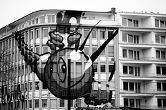 Augenscheinlich (Gerd Trynka-Ottosohn) Tags: city bw building germany painting installation architektur dsseldorf gebude eyecatcher fassade kunstambau schadowstrasse blickpunkt hausbemalung gerdtrynka xf56mmf12 ottosohnfoto fujixt10
