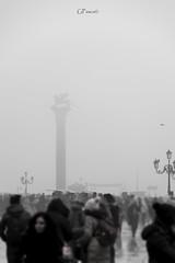 Leoni a Venezia (Giacomo Pasca) Tags: venice people fog blackwhite gente lions nebbia venezia leone