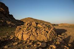 Tumulus a simple couronne (Dlirante bestiole [la posie des goupils]) Tags: tomb archeology saudiarabia cairn bronzeage tumulus arabie frenchteam kharj
