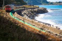 JR East, Gono Line #048 - The Hard Worker (Yoshi T. (kagirohi)) Tags: railroad autumn japan canon landscape eos japanese coast is seaside diesel mark iii railway jr line east ii aomori  5d usm     tohoku    tsugaru   ef70200mm f28l   gono   localline gonoline   40   eos5dmarkiii ef70200mmf28lisiiusm