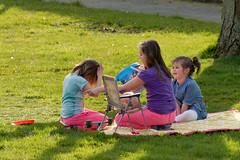 lente-beeld (Don Pedro de Carrion de los Condes !) Tags: kids kinderen gras buiten zonlicht donpedro spelen voorjaar tapijt vermaak d700