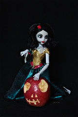 Princess Zombie - Snow White (Vali.Tox.Doll) Tags: white snow apple monster dark doll princess goth vinyl gothique famosa zombi pomme monstre blancheneige poupe onceuponazombie