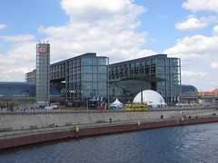 Berlin Hbf mit Mexico Pavilion (chris-bo) Tags: bus berlin mexico wasser hauptbahnhof pavilion spree hbf mexiko doppeldecker mexicopavilion mexikopavilion