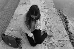 MANJA (s,m) Comportmiento aniado que a veces tienen las mujeres con sus parejas. (Lucia Corts Tarrag) Tags: boy sea bw sun beach girl canon se mar sand chica friendship amor arena lovely bestfriend mallorca islasbaleares
