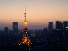 Evening glow (Ted Tsang) Tags: longexposure sunset tower japan skyline night landscape tokyo cityscape nightscape worldtradecenter silhouettes olympus   tokyotower  bluehour  magichour minato observationdeck  em1       1240mmf28