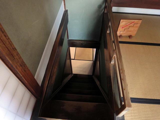 行きとは別の階段で1階に下ります。|吉島家住宅