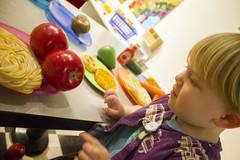 Food! (quinn.anya) Tags: toddler sam apples habitot playfood noodlse