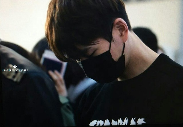 160328 Onew @ Aeropuerto de Incheon {Rumbo a China} 25478129123_09b910a2ca_z