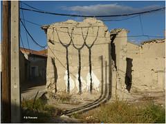 Ruinas y cables. Ruins and cables. (Esetoscano) Tags: espaa abandoned rural graffiti spain ruins geometry drawings valladolid cables ruinas dibujos abandonado castillaylen geometra villaviejadelcerro