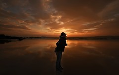 La deboradora de soles............... (T.I.T.A.) Tags: sol atardecer chica cielo nubes puestadesol ocaso pontevedra reflejos sanxenxo alanzada playadelalanzada