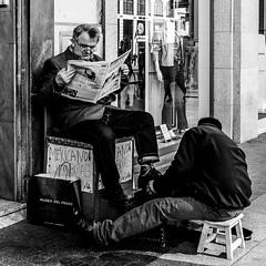Leyendo en la Calle XX (Javi Calvo) Tags: espaa calle streetphotography periodicos salamanca fotografia libros placer lectura diarios universidaddesalamanca usal fotografiaurbana cursosfotografia javicalvo