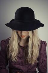 Pensieri (http://canalimarco.wix.com/duepuntozero) Tags: light girl hat fashion female hair model eyes occhi shooting lipstick bocca marche cappello capelli blondhair piceno modella grottammare bbvalledelleden