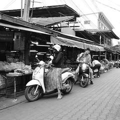 Buy at market and Drive through (kawabek) Tags: thailand market motorcycle chiangmai drivethrough 市場 タイ バイク เชียงใหม่ ประเทศไทย ドライブスルー チェンマイ ตลาด รถจักรยานยนต์