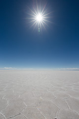 Salar d'Uyuni jour et nuit 11 (__Alex___) Tags: voyage travel blue sun nature trek canon landscape desert wide bolivia calm jour flare 5d sel paysage nuit salar minimalist sal discover uyuni intothesun bolivie 1635f4is
