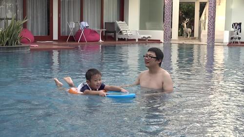 2016.2.7 賈哥哥用浮板練習游泳
