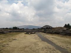 "Teotihuacan: la Chaussée des Morts et ses deux grandes pyramides <a style=""margin-left:10px; font-size:0.8em;"" href=""http://www.flickr.com/photos/127723101@N04/25512127872/"" target=""_blank"">@flickr</a>"