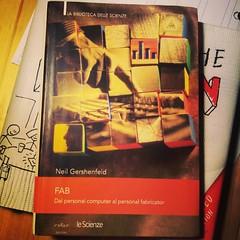 Cos' è un fablab? Come sono nati? Libro obbligatorio per maker e fondatori di fablab. Un libro al giorno per startupper, maker e innovatori.