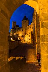 La fotgrafa entre murallas. (David Andrade 77) Tags: france bluehour francia carcassonne carcasona horaazul